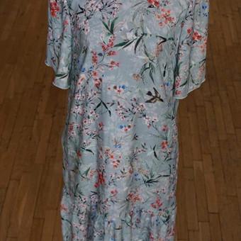 Puošniam audiniui kartais užtenka tiesiog ramaus silueto ir štai - romantiška suknelė. Audinio sudėtis: 100% viskozė.