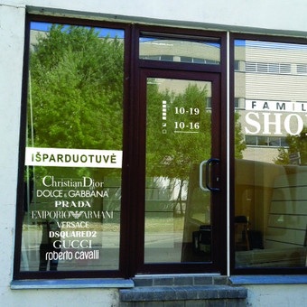 Reklamos ant vitrinų projektavimas, gamyba, apklijavimas kliento patalpose.