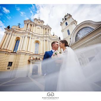 Vestuvių fotosesija Vilniaus universiteto kiemelyje.
