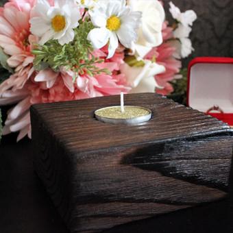 """Rankų darbo kaimiško stiliaus žvakidė idealiai tinka namų apdailai. Žvakidė pagaminta iš ąžuolo medienos. Paviršius apdirbtas """"shou sugi ban"""" technika, apsaugant medieną ir išgaunant juodą spalvą."""