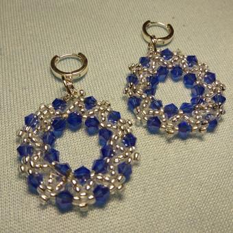 Auskarai rinkiniai,nedideli. Išsiuvinėta iš mėlynų kristalų karoliukų, blizgaus biserio. Dau kruopštaus darbo. Jei sidabro uzsegimas,Kaina 20