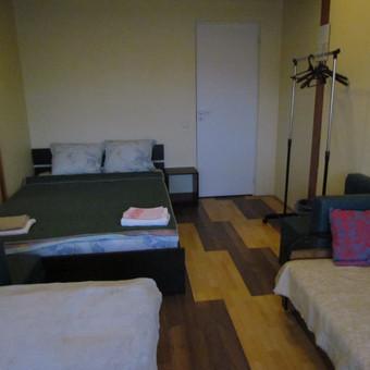 Kambarys nr.2 (dvi dvigulės lovos+sofa-lova, nedidelė spintelė, drabužių kabykla, 2 foteliukai, staliukas)