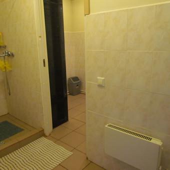 II-me pastato aukšte, įrengti 8-ni miegamieji kambariai, du bendro naudojimo dušai ir WC.