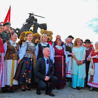 Prie naujai atidengto valstybės simbolio - Vyčio. Daugybė susižavėjusių, vertinančių, abejojančių ir šventiškai nusiteikusių žmonių. Santakos parkas, Kaunas.