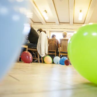 po linksmo šokių žaidimo salė mirga nuo balionų
