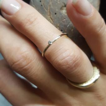 Suzadetuviu ziedelis su 0,17 ct  deimantu, geltonas auksas 585 praba - 425€