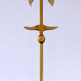 """Gintarinio stiklo """"Kryžius su lelijom"""". Dydis 28cm x 11cm"""
