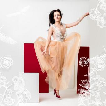Proginė suknelė. Rankų darbo dekoras. Siuvama pagal Jūsų išmatavimus. Puošta nėriniais, tiulio sijonas.