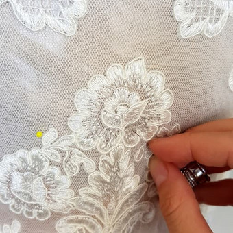 Individualiai kurtos ir siūtos suknelės dekoravimas gipiūro ornamentais.