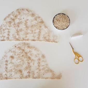 Individualiai kurto ir siūto švarkelio rankovių dekoravimas karoliukais.