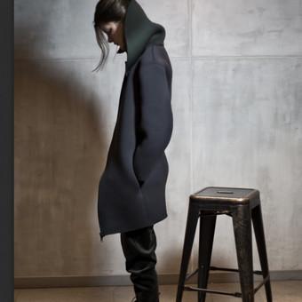 Neopleninis moteriškas paltas,užsegamas užtrauktuku ir įleistomis kišenėmis.