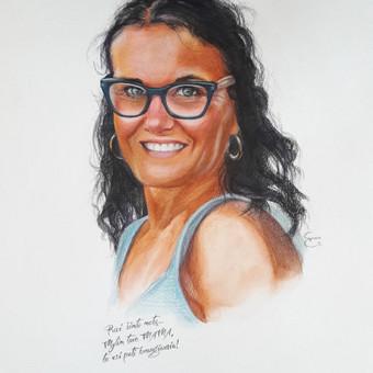 Portretas nupieštas iš nuotraukos akvarele ir akvareliniais pieštukais. Užrašytas sveikinimo tekstas.