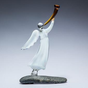 """Pieninio balto, skaidraus raudono arba mėlyno stiklo  """"Šlovinantis angelas"""" Dysis 17x9cm ; Dydis 11x6cm"""