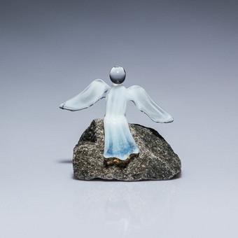 """Pieninio balto, raudono.mėlyno ar žydro stiklo angeliukas """"Poilsis"""" Dydis 7cmx7cm"""