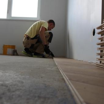 Klojame parketą, parketlentes, laminuotas grindis. / Tomas Kasiulynas / Darbų pavyzdys ID 512411