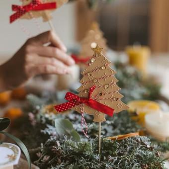 Kalėdinė stalo dekoracija, smeigtukai į keksiukus ar tortus. Tinka papuošti gėlių vazonėlius.