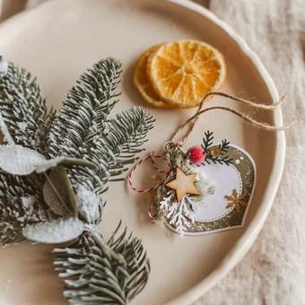 Kortelė/tagiukas skirta papuošti dovaną parašant trumpą linkėjimą arba vardą kam skirta dovana ir kas sveikina.