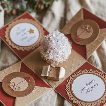 Jei Kalėdoms ieškote išsskirtinės sužadėtuvių dovanos mylimajai, ši dėžutė ne tik nustebins, bet ir paliks nepamirštamą įspūdį. Dėžutėje yra vieta sužadėtuvių žiedui, personali ...
