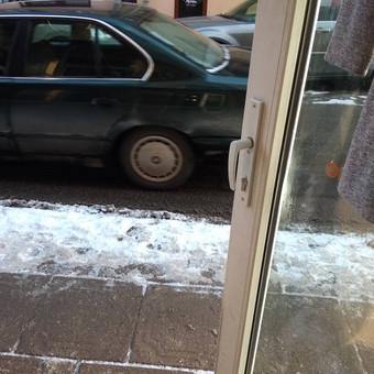 Durų remontas, kai neatlaiko apkrovos nuo dažno varstymo.
