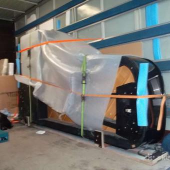 Pianinus gabename su tam skirtais įrengimais ir pakavimo priemonėmis.
