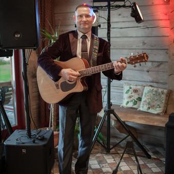 Groju gitara ir dainuoju populiarias lietuviškas dainas.