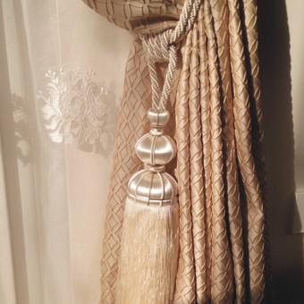 Dieniniame audynyje esantis ornamentai dekoruoti minimalia virvele, kuri atsiranda ir parišimo kute, naktinėje užuolaidoje. Kuto forma tarsi atkartoja centrinio šviestuvo detales. O atsiradusi pi ...