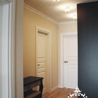 Baltos, medžio masyvo durys pasirinktos tikslingai, kadangi koridoriuje nėra jokio naturalios šviesos šaltinio.