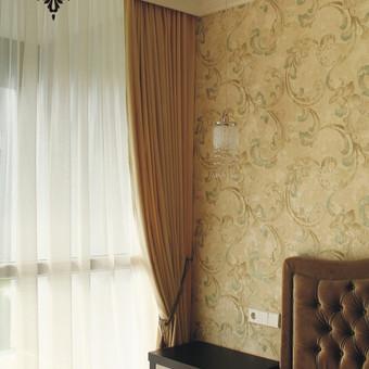 Naktinės užuolaidos, lengvas barchto audynys parinktas lovos galvūgalio spalvos, neįvedant daugiau spalvų į kambario interjerą.