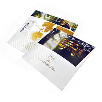 Reklaminis lankstukų dizainas lietuvių, rusų, anglų, švedų kalbomis. Plius UV dalinis lakas.