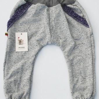 Pilkos haremo kelnės vaikams    Pilkos spalvos haremo tipo kelnės – sportinio stiliaus drabužis, kuris puikiai tiks guviam, daug judėti linkusiam vaikui, mėgstančiam laiką leisti lauke.  ...