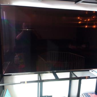 Šiuo atveju nereikėjo televizoriaus kabinti prie sienos, o tik pritvirtinti prie metalinės konstrukcijos.