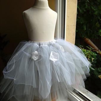Čia vieno, jau parduoto gaminio, pavizdys. Sijonėliai gali būti  puošti drapiruotėmis, perliniais ar blizgiais karoliukais,. tekstilinė, gėlytėm, plunksnelėm.
