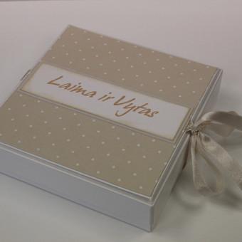 14x14x3cm dėžutė pinigams dovanoti, bei atvirukas linkėjimams rašyti.