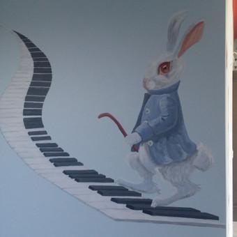 Piešinys ant sienos. Alisa stebuklų šalyje. Kiškis