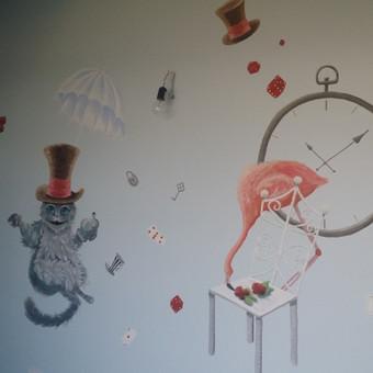 Piešinys ant sienos. Alisa stebuklų šalyje. Katinas,  flamingas, laikrodis, kauliukai, kortos. Sienų tapyba.