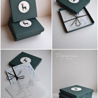 Kvietimas. Trys dalys - kvietimo teksto kortelė, permatomas sluoksnis ir dekoruotas rankų darbo dėžutė.  Dydis - 140 x 140.