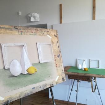 Mergaitės (14m.) pieštas figūrinis pastatymas. Tonuotas popierius, kreida, anglis, pastelė. 2018m.