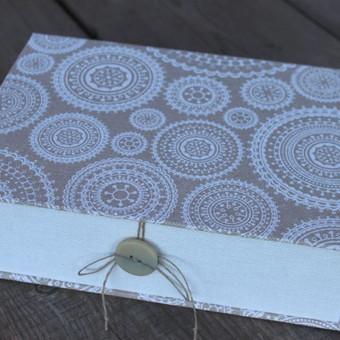 dėžutė su dviem skyreliais nuotraukoms ar dokumentams sudėti.