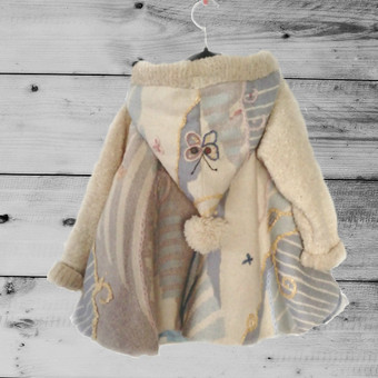 Rankom siuvinėtas medvilninio gobeleno apsiaustėlis su pamušalu ir megztomis rankovėmis. Autorinis darbas .  Gaminį galima skalbti namie,  Galite įsigyti Etsy parduotuveje