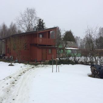 Eglės kirtimas šalia gyvenamojo namo ir malkinės. Kliento pageidavimu kamienas supjautas kaladėmis, šakos išvežtos.