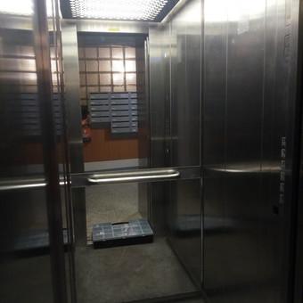 Naujo veidrodžio primontavimas lifte. Sunkiausia buvo nuimti seną, sudaužytą veidrodį.