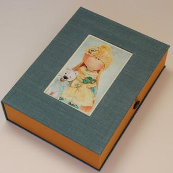 dėžutė piešiniams sudėti. puikiai telpa A4 formato lapai.