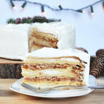 Meduolinis – Morenginis tortas  Meduoliniai lakštai pertepti dviem skirtingais kremais: švelniu plikytu ir šviežios grietinėlės. Ir geriausia dalis – traškus, tirpstantis burnoje riešut ...