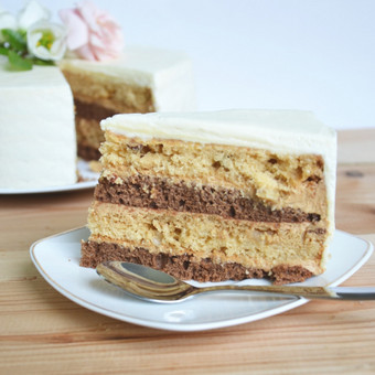 Karamelinis-Šokoladinis tortas su Riešutais   Šokoladiniai ir karameliniai-riešutiniai biskvitai, pertepti karameliniu maskarponės sūrio kremu su kava ir romu.