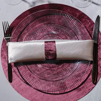 Tekstilinės polėkštės suteiks prabangos stalui. Spalvą galima pagaminti, priderinant prie šventės dizaino.
