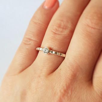 Minimalistinis sužadėtuvių žiedas iš balto aukso