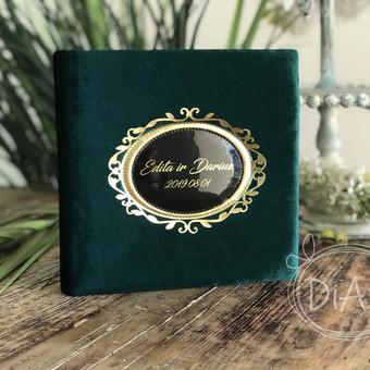 Vestuvių linkėjimų knyga, albumas. Aksominiu smaragdo viršeliu su aukso ornamentu ir užrašu