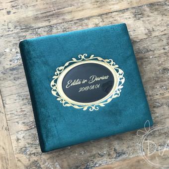 Vestuvių linkėjimų knyga, albumas. Aksominiu smaragdiniu viršeliu su aukso ornamentu ir užrašu