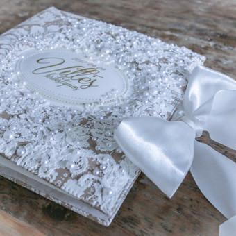 vestuvių nuotraukų albumas, rusvo audinio su klaskiniu ornamenu, dekoruotas nėriniais ir aukso užrašu