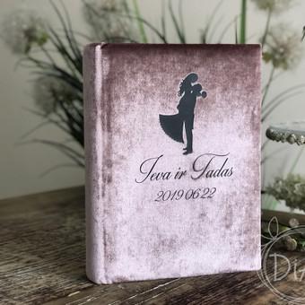 Vestuvių linkėjimų knyga, albumas. Aksominiu rožiniu viršeliu, juoda iliustracija ir užrašu. Dydis 32x22